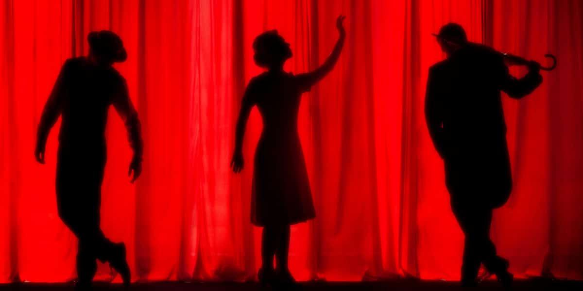 Scenen sættes på teatret