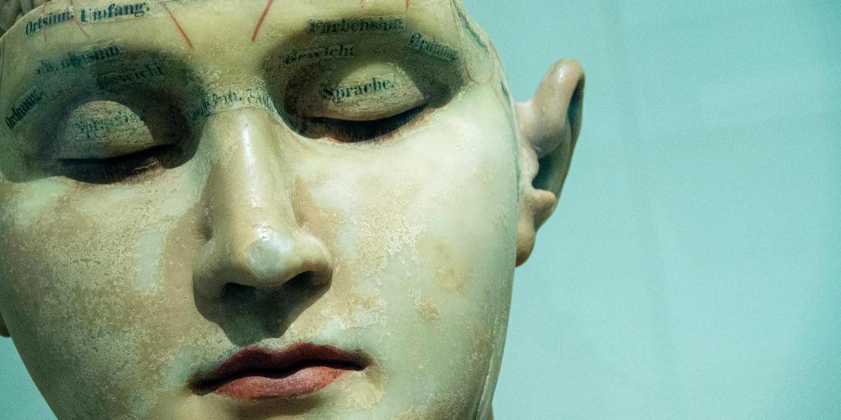 Der er fokus på det mentale – hovedet – og på ikke sanserne.