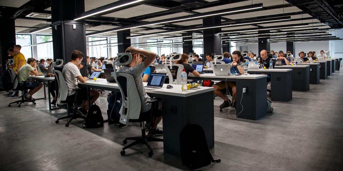 Skrivebordspladserne indrettes stadig som hårde farveløse miljøer